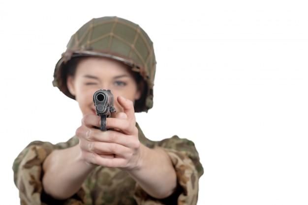 Bonito, mulher jovem, vestido, em, ww2, militar americano, uniforme, com, handgun