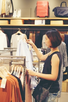 Bonito, mulher tailandesa, ásia, menina, shopping, camisas, em, superstore