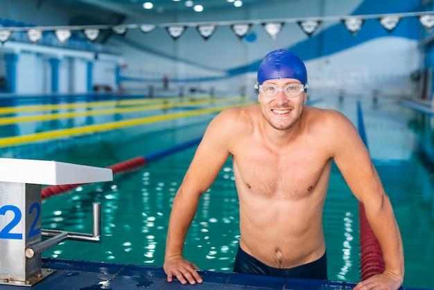 Bonito nadador saindo da piscina