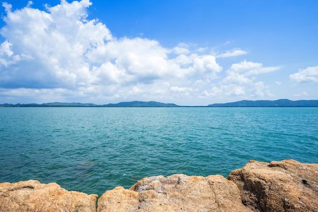 Bonito o mar na praia do lao do chao do chapéu em chanthaburi, tailândia.