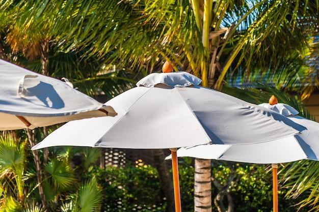 Bonito, paisagem, de, mar oceano, ligado, céu, com, guarda-chuva, e, cadeira, ao redor, luxo, piscina ao ar livre
