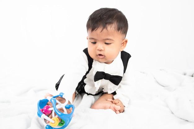 Bonito pequeno bebê asiático menino brincar de brinquedo