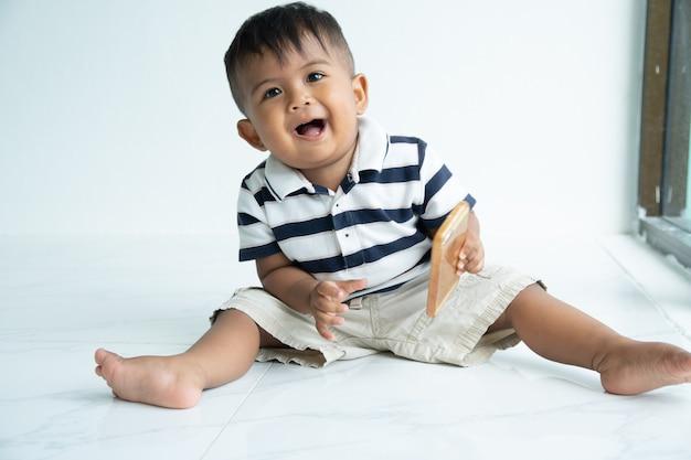 Bonito, pequeno, menino bebê asiático, jogo, esperto, telefone