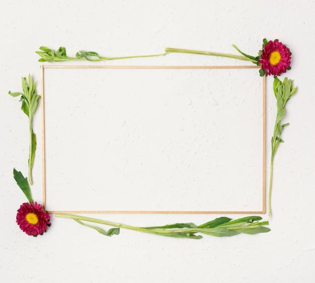 Bonito pequeno quadro de flores naturais flay lay