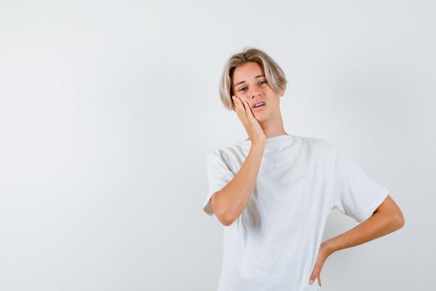 Bonito rapaz adolescente com uma t-shirt branca