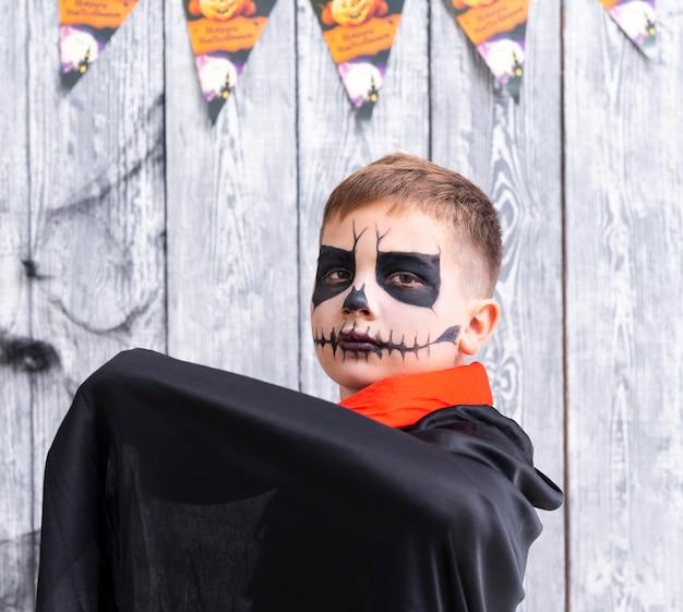 Bonito rapaz em traje de halloween