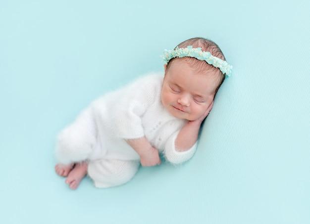 Bonito recém-nascido sorrindo em sonho doce