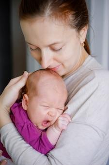 Bonito retrato de mãe e bebê recém-nascido