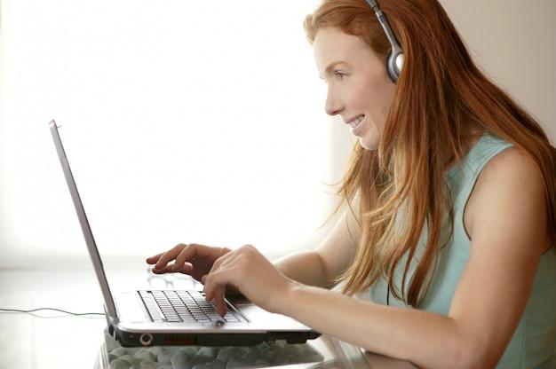 Bonito, ruivo, secretária, estudante, laptop