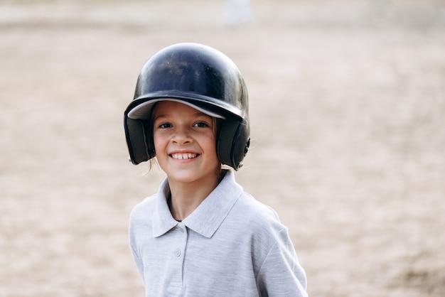 Bonito, sorridente jogador de beisebol, olhando diretamente para a câmera