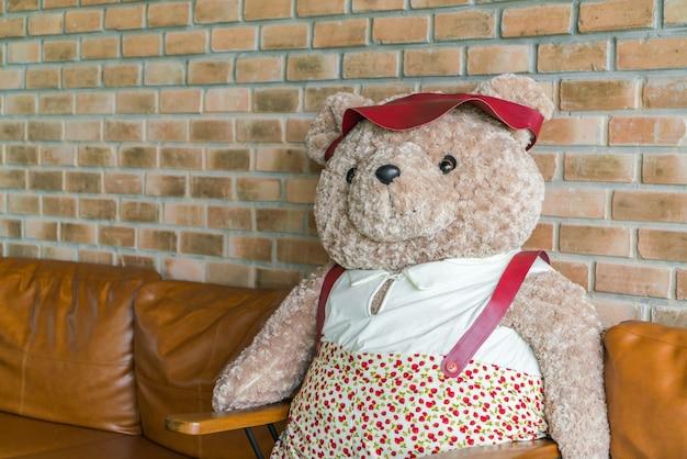 Bonito ursinho sentado na cadeira.
