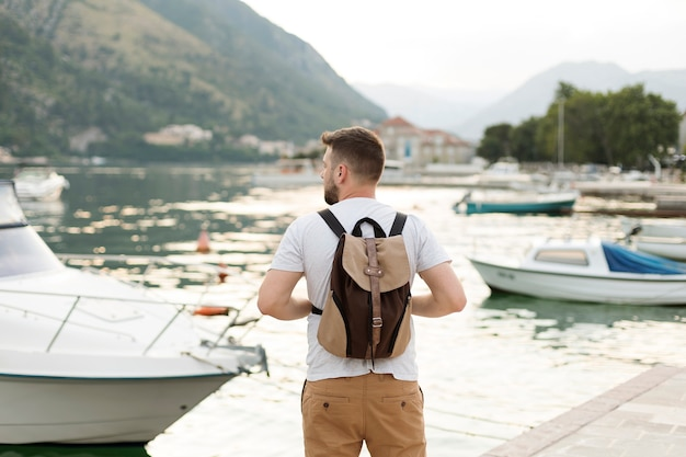 Bonito viajante masculino em montenegro
