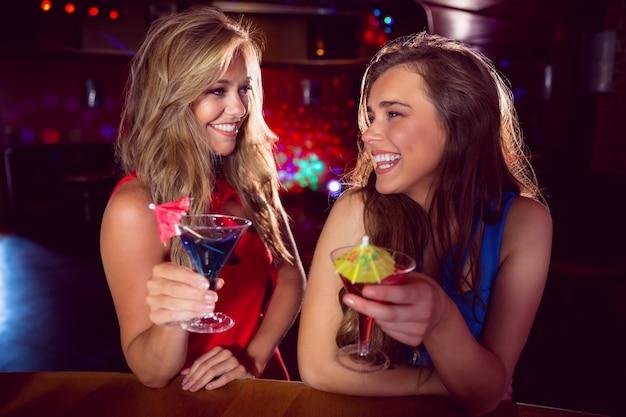 Bonitos amigos beber cocktails juntos