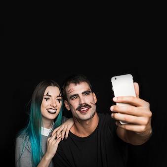 Bonitos amigos tomando selfie