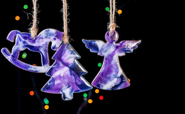 Bonitos brinquedos na árvore de natal feitos de resina epóxi. brinquedos feitos à mão. vista de cima. conteúdo de ano novo.