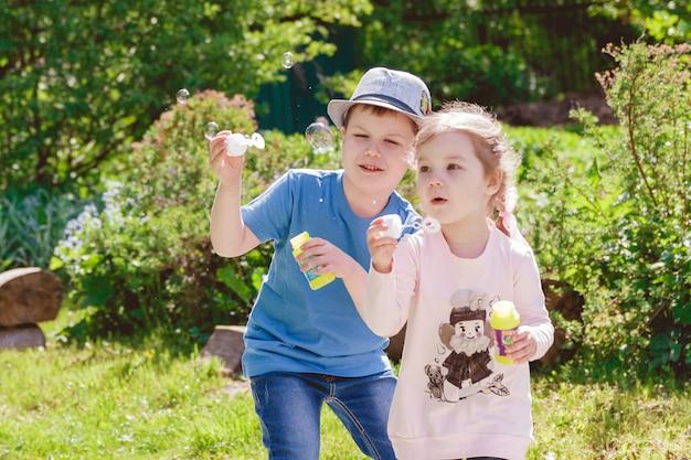 Bonitos crianças estão brincando no parque