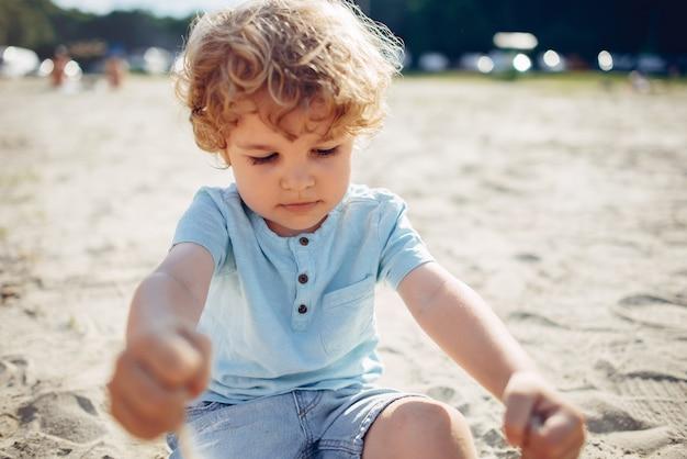 Bonitos criancinhas brincando na areia