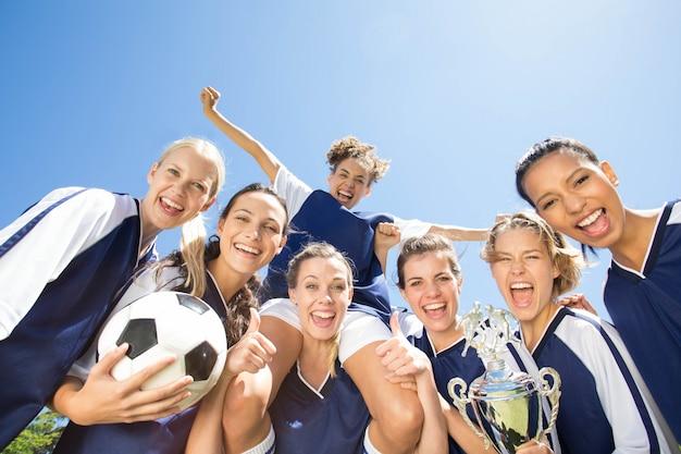 Bonitos jogadores de futebol sorrindo para a câmera