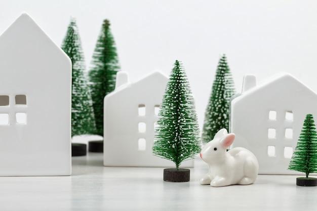 Bonitos pequenas casas brancas e decoração de natal com o espaço da cópia de texto.