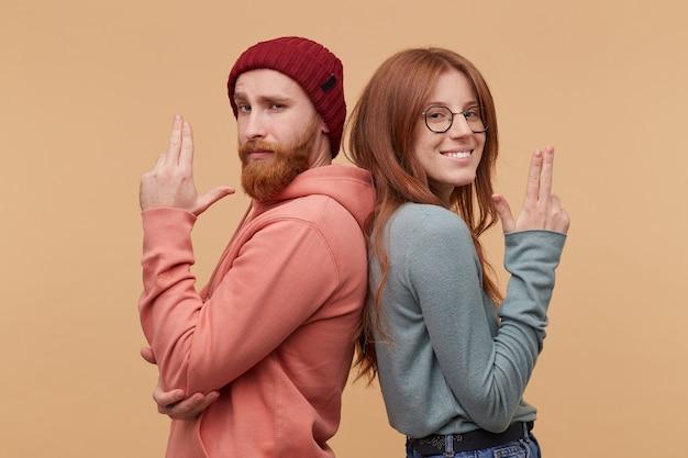 Bonnie e clyde sr. e sra. smith. o cara barbudo e a garota ficam de costas um para o outro