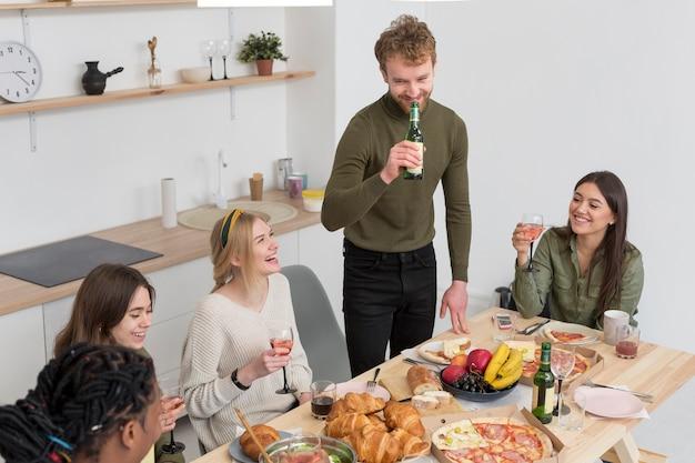 Bons amigos comendo juntos
