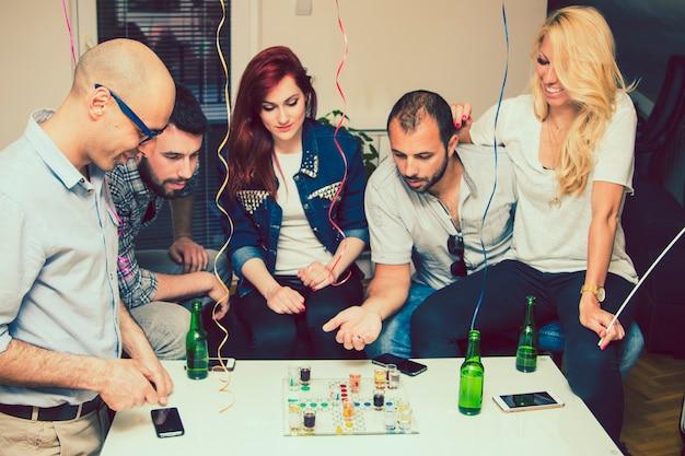 Bons amigos na festa do gameboard