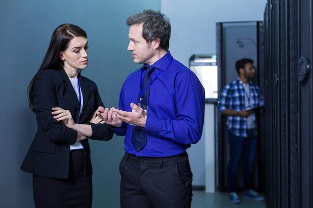 Bons colegas adultos experientes juntos e discutindo um problema enquanto têm problemas no trabalho