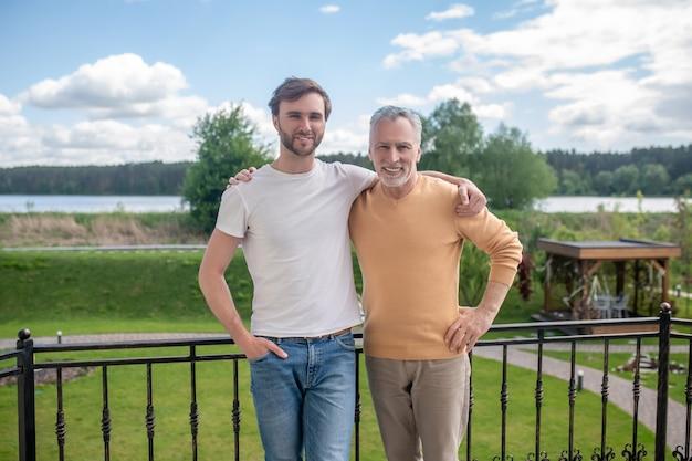 Bons momentos. pai e filho passando o fim de semana no campo e parecendo curtidos