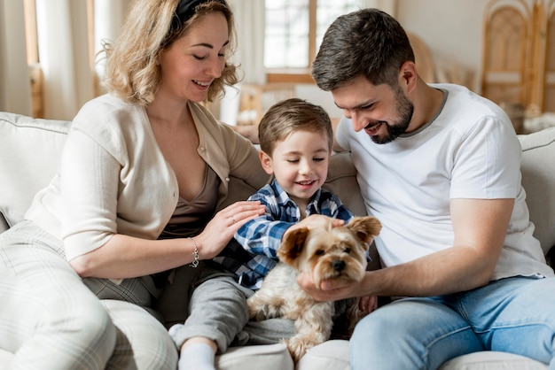 Bons pais brincando com seu filho e o cachorro