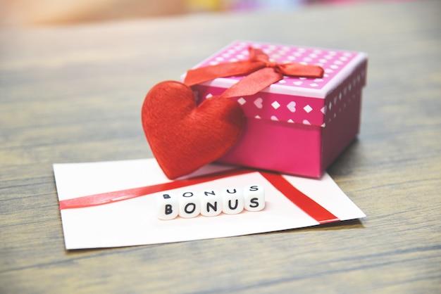 Bônus de cartão em envelope de papel com surpresa de caixa de presente e coração vermelho