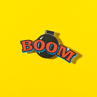 Boom cômico texto balão com bomba em fundo amarelo