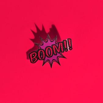 Boom cômico texto discurso bolha pop art estilo efeito de som no pano de fundo vermelho