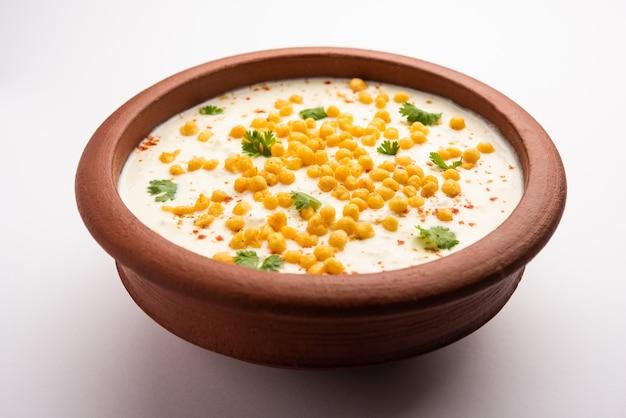 Boondi raita é uma variedade de acompanhamento do norte da índia feita com iogurte com especiarias e boondi ou bolinhos de farinha de grama fritos crocantes