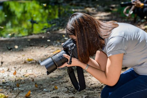 Borboleta pegou na câmera. fotógrafos de mulheres tiram fotos de borboleta