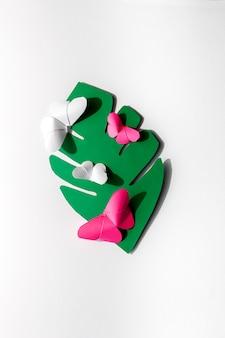 Borboletas de origami multicoloridas em uma folha
