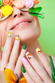 Borboletas nas unhas e rosetas decorativas nos olhos das mulheres