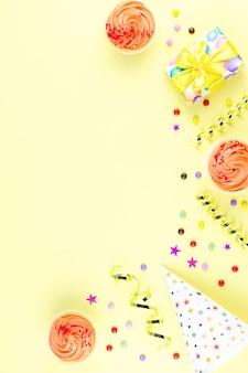 Borda amarela de acessórios de festa de aniversário