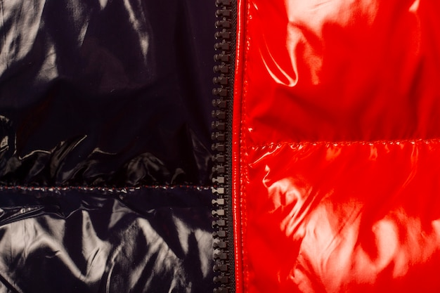 Borda com zíper e tecido brilhante liso vermelho e preto.
