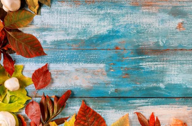 Borda da mesa de madeira velha de folhas caídas no fundo outono de ação de graças