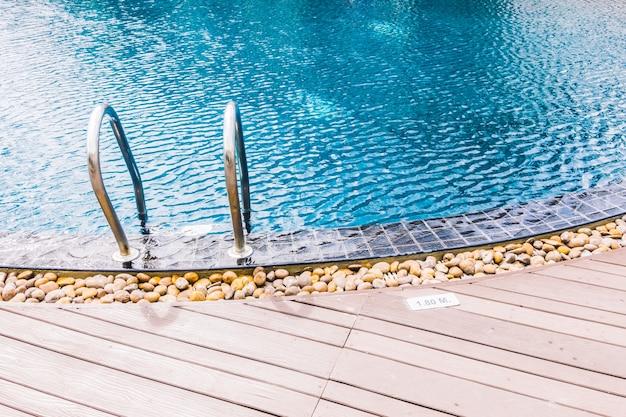 Borda da piscina com pedras