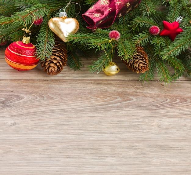 Borda de árvore de abeto decorada com fundo de madeira