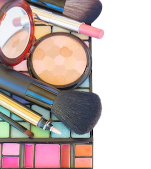 Borda de maquiagem decorativa de cosméticos isolada no fundo branco