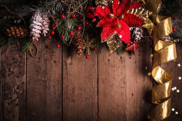 Borda de natal com enfeites vermelhos e dourados