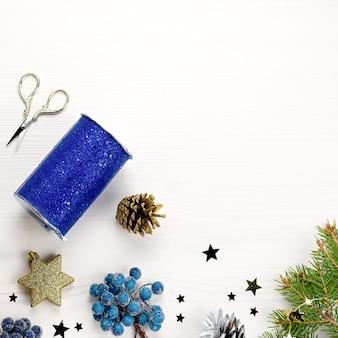 Borda de natal com ramos de pinheiro, decoração em azul e branco
