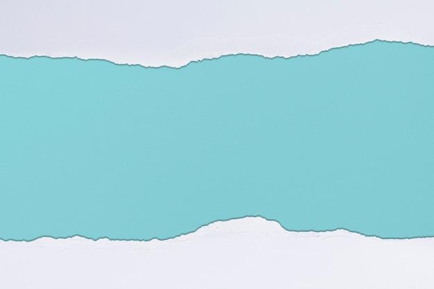 Borda de papel rasgado com fundo azul colorido artesanal