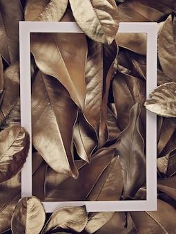 Borda de quadro sobre o fundo de folhas douradas