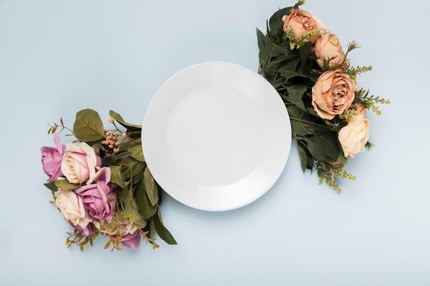 Borda de rosas de vista superior para placa