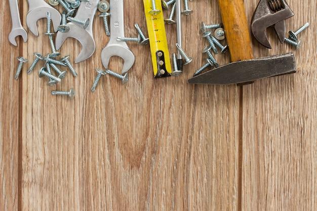 Borda do kit de ferramentas em pranchas de madeira