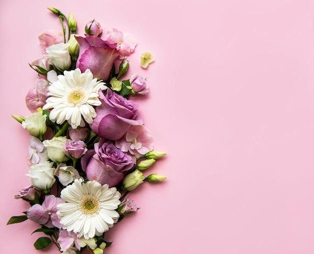 Borda feita de flores rosa