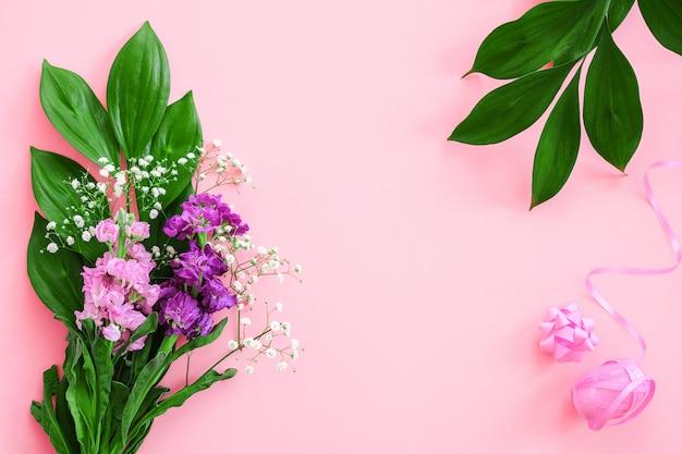 Borda floral buquê de flores e laço, fita rosa